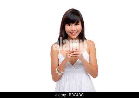 Junge Frau trägt weißes Kleid und hält Glas Milch - Stockfoto