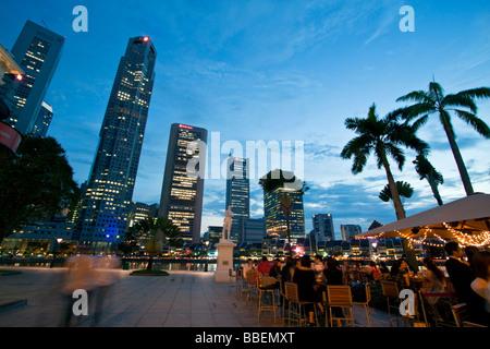 Skyline von Singapur Raffles Statue Straßencafé in Südostasien Twilight Singapur - Stockfoto