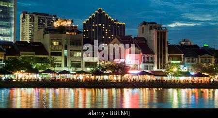 Skyline von Singapur Boat Quay Restaurant Bars in der Nacht in Südostasien Dämmerung - Stockfoto