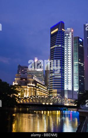 Fullerton Hotel Cavenagh Brücke Skyline von Singapur, Singapur in Südostasien twilight - Stockfoto