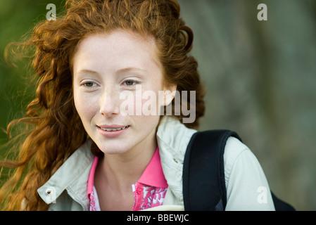 Junge rote kurzhaarige Frau draußen, Porträt - Stockfoto
