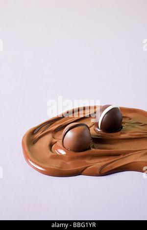 Pralinen in geschmolzene Schokolade - Stockfoto