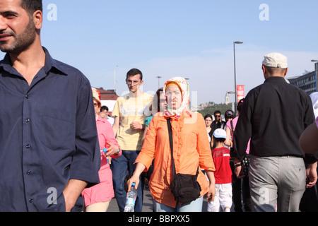 Istanbul Türkei beschäftigt Straßenszene mit Türkin muslimische Kopftuch bei den Männern bei Eminönü - Stockfoto