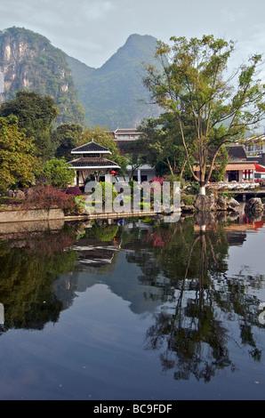 Reflexionen im Teich Yangshuo Guangxi China - Stockfoto