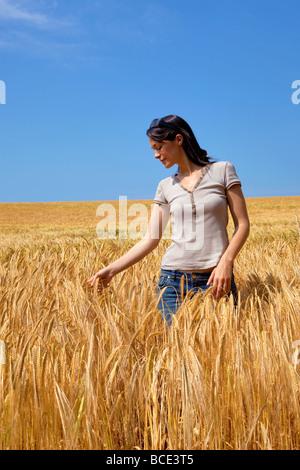 Eine Frau in einem Feld von goldene Gerste - Stockfoto