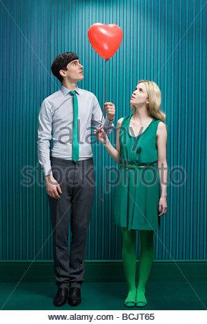 Paar mit Herz-Form-Ballon - Stockfoto