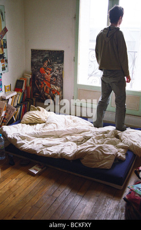 ... Junger Mann Im Schlafzimmer, Blick Aus Fenster, Sicht Nach Hinten    Stockfoto