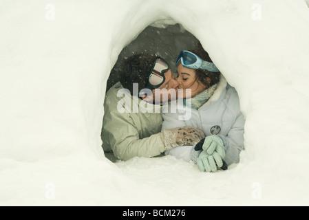 Junges Paar küssen im Iglu, schloss die Augen - Stockfoto