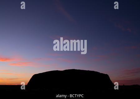Silhouette Uluru bei Dämmerung Zentralaustralien - Stockfoto