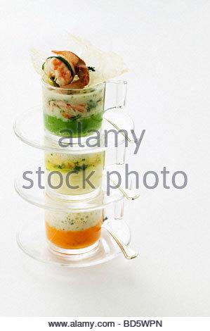 Drei Arten von Gemüse-Püree mit Flusskrebsen in gestapelten Schalen - Stockfoto