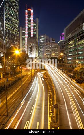 High-Rise Gebäude und Auto Strecken in der Nacht im Central District, Chung Wan, Hong Kong, China. - Stockfoto