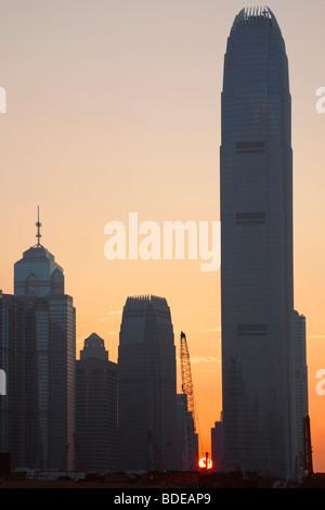 Sonnenuntergang hinter Hochhäusern im zentralen Bezirk Chung Wan in Hong Kong, China. - Stockfoto