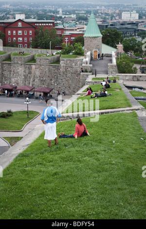 Menschen hängen auf der Stadtmauer in Québec (Stadt) - Stockfoto