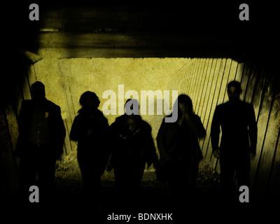 Silhouettenhafte Figuren zu Fuß in einen tunnel - Stockfoto