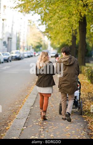 Ein paar bei einem Spaziergang mit ihrem baby - Stockfoto