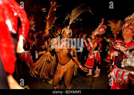 Frau trägt Karnevalskostüm in einer parade - Stockfoto