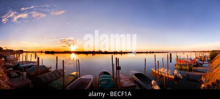 Sonnenuntergang im Hafen von Cavallino, Fischerboote, Blick auf Lagune, Venedig, Italien - Stockfoto