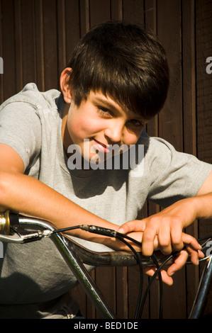 junge jungen Fahrrad bmx auf Fahrt Zyklus Radfahrer Radsport Kind Reiten Kinder coole trendige Mode Lächeln lächelnd - Stockfoto