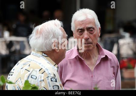 Zwei ältere alte zog sich Männer treffen für morgen Chat in der Piazza-Quadrat von Vigevano Lombardia Lombardei - Stockfoto