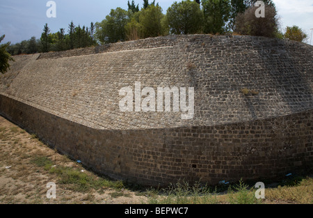 dicken Steinmauern in der alten venezianischen Stadtmauern in Caraffa Bastion in Nikosia Lefkosia Republik Zypern - Stockfoto