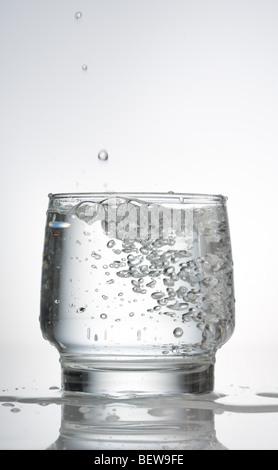 stilles Wasser in ein Glas, Nahaufnahme - Stockfoto