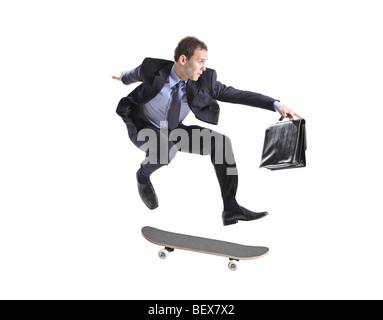Ein Geschäftsmann mit Skateboard springen auf einem weißen Hintergrund isoliert - Stockfoto