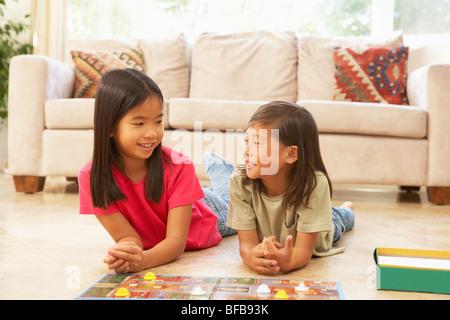 Zwei Mädchen spielen Brettspiel zu Hause - Stockfoto