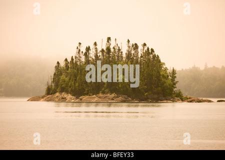 Insel im Nebel Warp Bucht von einem Kanu/Kajak oder Wanderung im Campingplatz entlang Lake Superior Coastal Trail - Stockfoto
