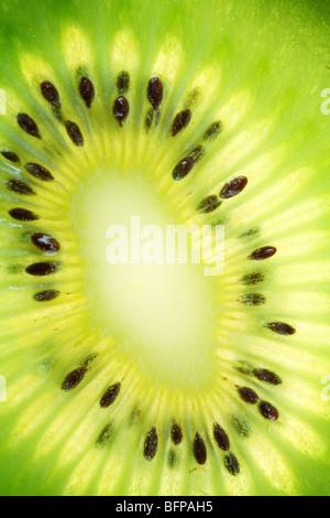 Zurück projiziert (beleuchteten) Querschnitte von kiwi - Stockfoto
