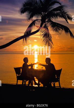 Paare, Abendessen am Strand, toasten Gläser, Malediven, Indischer Ozean, Asien - Stockfoto