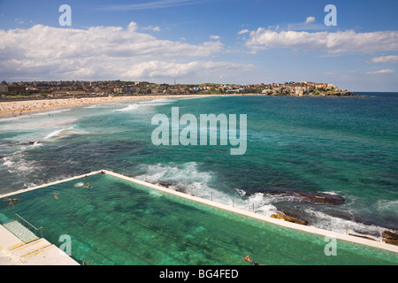 Blick über den Pool am Bondi Icebergs und Bondi Beach in die östlichen Vororte, Bondi, Sydney, New South Wales, - Stockfoto