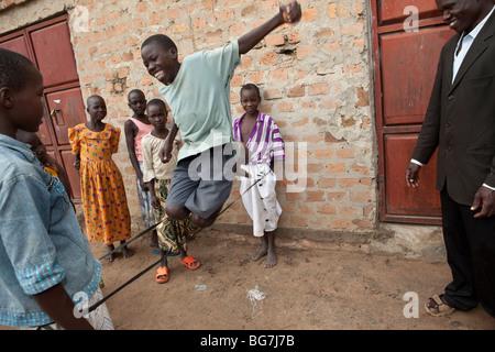 Verwaiste Kinder spielen draußen ein Waisenhaus in Amuria, Uganda, Ostafrika. - Stockfoto
