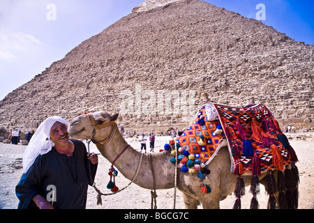 Ein Mann und sein Kamel (und es gibt viel Zuneigung) zu den Pyramiden von Gizeh in der Nähe von Kairo - Stockfoto