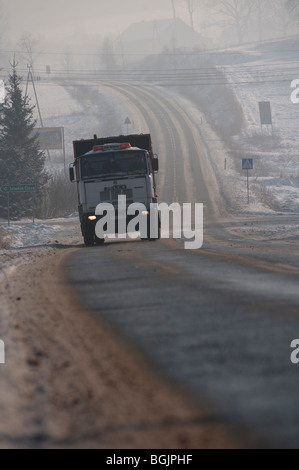 Ansicht eines LKW auf einer eisglatten Straße im Umlauf. Jelenia Gora, Polen - Stockfoto