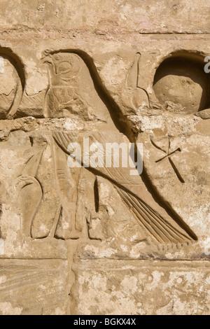 Nahaufnahme von Horus und Ankh im zweiten Hof in Medinet Habu, Leichenhalle Tempel von Ramses III, Westufer des - Stockfoto