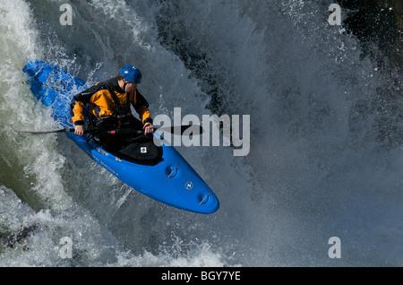 Ein Kajakfahrer fällt einen Wasserfall auf dem Deschutes River - Stockfoto