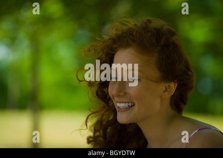 Junge Frau, Lächeln, Porträt - Stockfoto