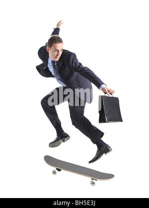 Ein Geschäftsmann mit Skateboard springen, isoliert auf weißem Hintergrund - Stockfoto
