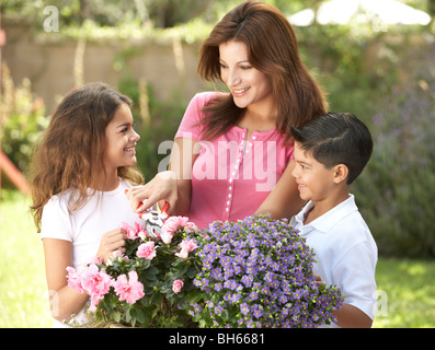 Mutter und Kinder gemeinsam Gartenarbeit - Stockfoto