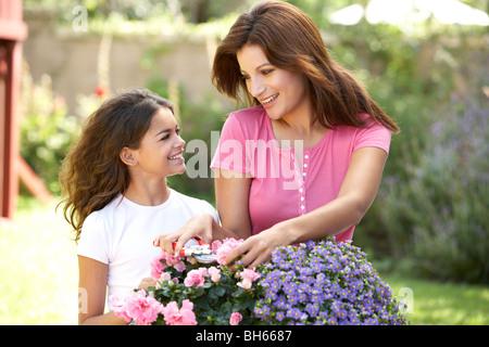 Mutter und Tochter zusammen im Garten - Stockfoto