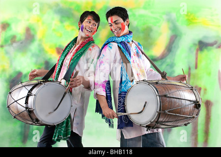 Zwei Männer spielen auf dhols - Stockfoto