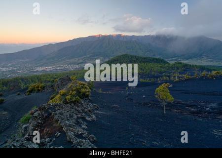 Blick vom Montana Quemada in Richtung der Ortschaft von El Paso und Caldera de Taburiente, riesige Krater des erloschenen - Stockfoto