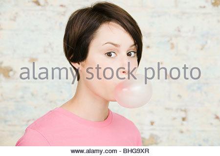 Junge Frau bläst Kaugummi - Stockfoto