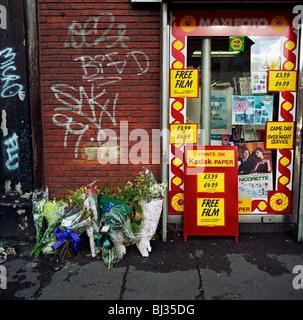 Ein Denkmal wurde platziert, wo ein Mann namens Dennis starb am A227 Coldharbour Lane, London, England, - Stockfoto