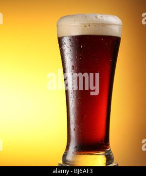 becher frosty dunkles bier mit schaum stockfoto bild 165386623 alamy. Black Bedroom Furniture Sets. Home Design Ideas