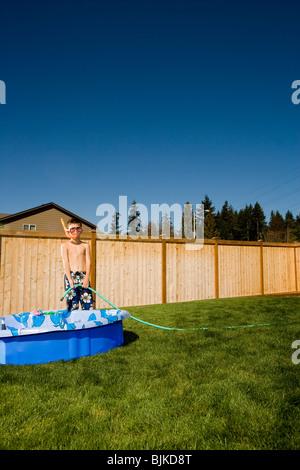 Junge in Badehose mit Flossen und Schnorchel in Hof - Stockfoto