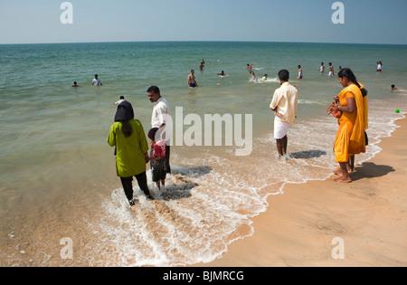 Indien, Kerala, Vypeen Island Cherai Beach voll bekleidet indische Besucher Baden im Meer - Stockfoto