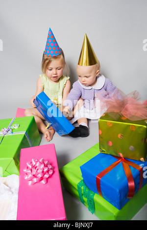 Kleine Mädchen mit Geburtstagsgeschenke - Stockfoto
