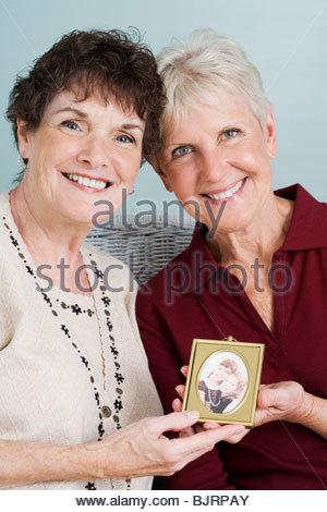Senioren Freunde mit Bild - Stockfoto