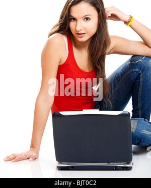 Schöne junge Studentin mit einem Laptop, isoliert auf weiss - Stockfoto